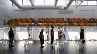 Vaccination contre le Covid-19 dans un gymnase dePetah Tikva (Israël), le 1er février 2021. (JACK GUEZ / AFP)