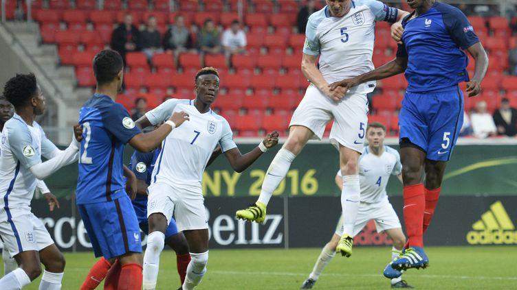 Le défenseur des moins de 19 ans français, Issa Diop, au duel aérien contre l'Angleterre.  (THOMAS KIENZLE / AFP)