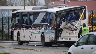Le car scolaire impliqué dansl'accident mortel impliquant un poids lourd à Rochefort (Charente-Maritime), le 11 février 2016. (XAVIER LEOTY / AFP)