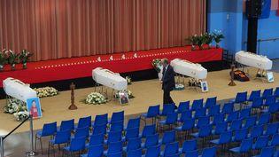 Le maire de Saint-Féliu-d'Avall (Pyrénées-Orientales) marche dans la salle polyvalente de la commune, où une chapelle ardente a été dressée en hommage aux six adolescents morts dans l'accident entre un TER et un bus scolaire, le 14 décembre 2017, à Millas. (RAYMOND ROIG / AFP)