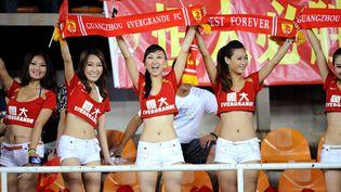 Des supportrices du club chinois de Guangzhou Evergrande de Canton encouragent leur équipe lors d'un match amical contre le Real Madrid, le 3 août 2011. (VICTOR FRAILE / GETTY IMAGES)