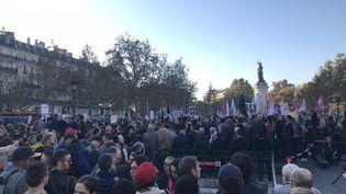 La manifestation contre l'homophobie place de la République à Paris dimanche 21 octobre 2018. (MANON DERDEVET/RADIO FRANCE)