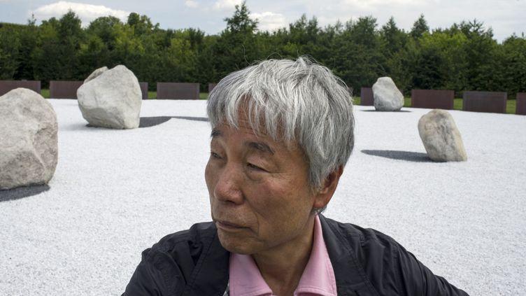 L'artiste sud-coréen Lee Ufan en 2014 dans les jardins du Château de Versailles  (FRED DUFOUR / AFP)