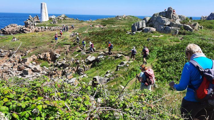 Ce groupe de randonneurs retraités s'approche de l'amer du Rosedo, sur l'île de Bréhat. (BENJAMIN ILLY / RADIO FRANCE)