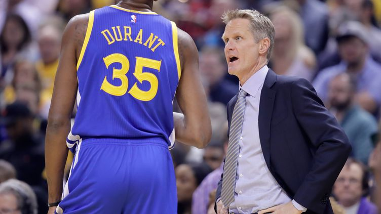 Steve Kerr parle avec Kevin Durant (Golden State Warriors) (ANDY LYONS / GETTY IMAGES NORTH AMERICA)