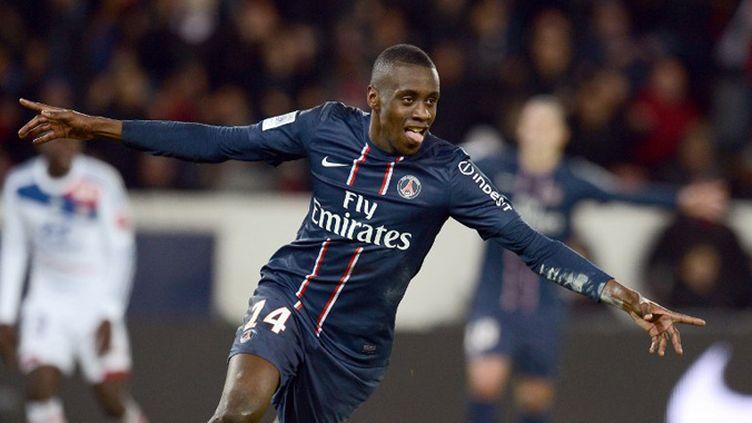 Blaise Matuidi (PSG) devance Lossemy Karaboué (Nancy). (FRANCK FIFE / AFP)