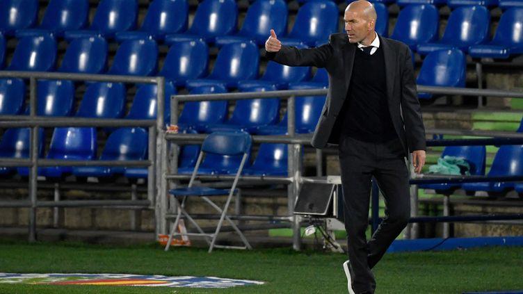 Zidane sur le banc du Real Madrid face à Chelsea. (PIERRE-PHILIPPE MARCOU / AFP)