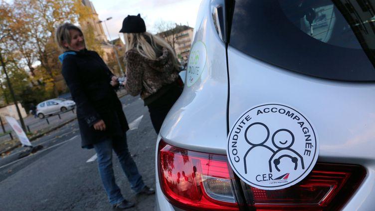 """Un macaron """"conduite accompagnée"""" sur une voiture à Thionville (Moselle), le 10 novembre 2014. (MAXPPP)"""