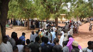 Des électeurs nigérians font la queue devant un bureau de vote à Daura, au Nigeria, samedi 28 mars 2015. (MOHAMMED ELSHAMY / ANADOLU AGENCY / AFP)