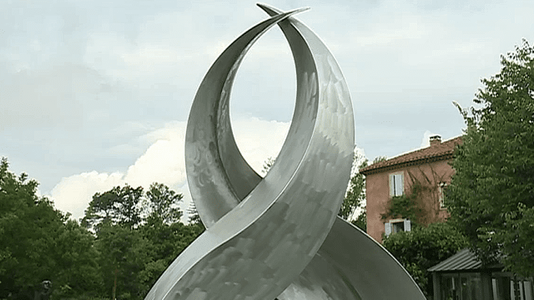 """""""De l'Amour"""", la nouvelle exposition du jardin de Poppy Salinger à Thor dans le Vaucluse rassemble 47 artistes  (France 3 / Culturebox )"""