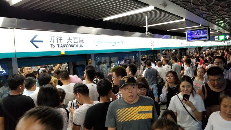 Des Chinois attendent pour prendre le métro à Pékin, le 6 août 2018. (TANG SHUYIN / IMAGINECHINA / AFP)