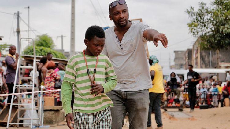 Le réalisateur Alex Ogou et le comédien Ali Cissé qui incarne Chaka, le personnage principal de la série «Invisibles» qui suit une bande organisée d'enfants que l'on surnomme les «microbes» dans la capitale économique ivoirienne, Abidjan. (TSK Studios - «Invisibles»)