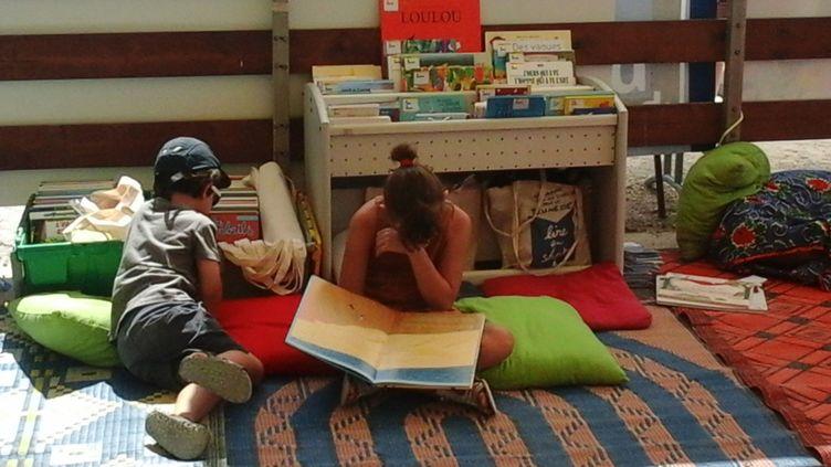Des enfants lisent sur une plage à Marseille  (DR)