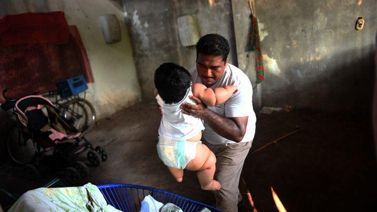 À 10 mois, ce bébé mexicain pesait 28 kilos. Pour lutter contre l'obésité galopante dans le pays, les autorités ont pris des mesures très strictes. (PEDRO PARDO / AFP)