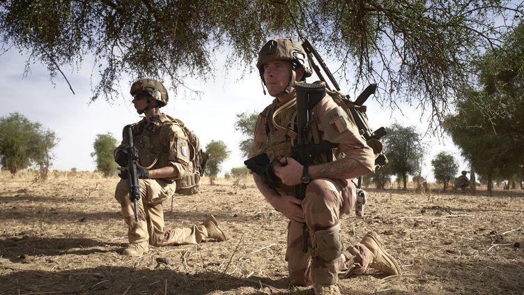 Des soldats français de l'opération Barkhane patrouillent dans une zone fréquentée par des jihadistes dans le nord du Burkina Faso, le 9 novembre 2019. (MICHELE CATTANI / AFP)