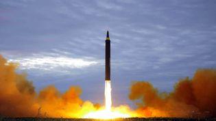 Une photo du tir de missile nord-coréen du 29 août 2017, diffusé par les médias d'Etat de Corée du Nord, le 30 août 2017. (KCNA VIA KNS / AFP)