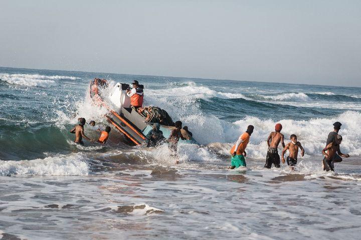 Le filet est mouillé à une faible distance de la côte, ici grâce à un bateau pneumatique. Une fois les poissons piégés, il est tiré à terre, parfois à la force des bras. (RAJESH JANTILAL / AFP)