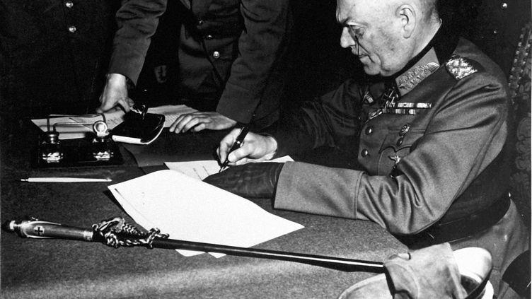 Le généralWilhelm Keite signant la capitulation de l'Allemange, le 8 mai 1945 à Reims (Marne). (COLL-DITE / AFP)