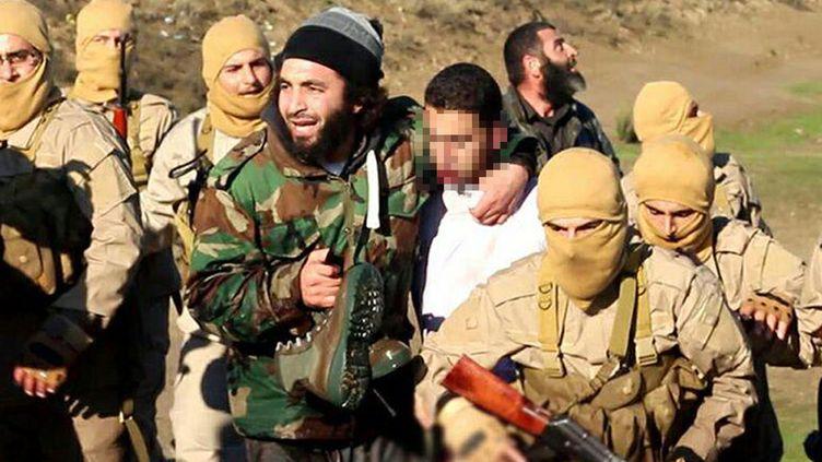 Photo diffusée par l'organisation Etat islamique montrant la capture d'un pilote de l'armée jordanienne, mercredi 24 décembre 2014 dans la région de Raqqa (Syrie). (  WELAYAT RAQA / AFP)
