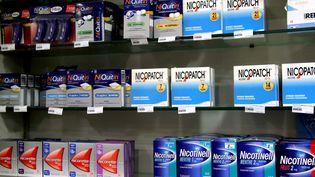 Un rayon de produits substituts à la nicotine dans une pharmacie de Thionville (Moselle), le 27 janvier 2014. (MAXPPP)
