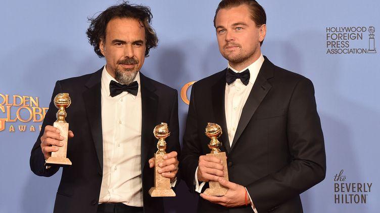 Le réalisateur Alejandro Gonzalez Inarritu et l'acteurLeonardo DiCaprio posent avec leurs récompenses, lors de la cérémonie des Golden Globes, le 10 janvier 2016 à Los Angeles. (KEVIN WINTER / GETTY IMAGES NORTH AMERICA / AFP)