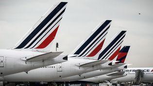 Des avions d'Air France sur le tarmac de l'aéroport Charles-de-Gaulle à Roissy le 1er avril 2018. (PHILIPPE LOPEZ / AFP)