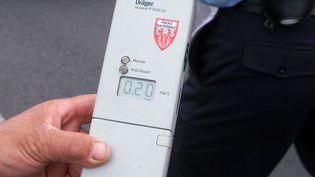 Un éthylomètre affiche le degré d'alcoolémie d'un conducteur lors d'un contrôle par les policiers le 3 juin 2000 à l'entrée de la rocade de Bordeaux (Gironde). (DERRICK CEYRAC / AFP)