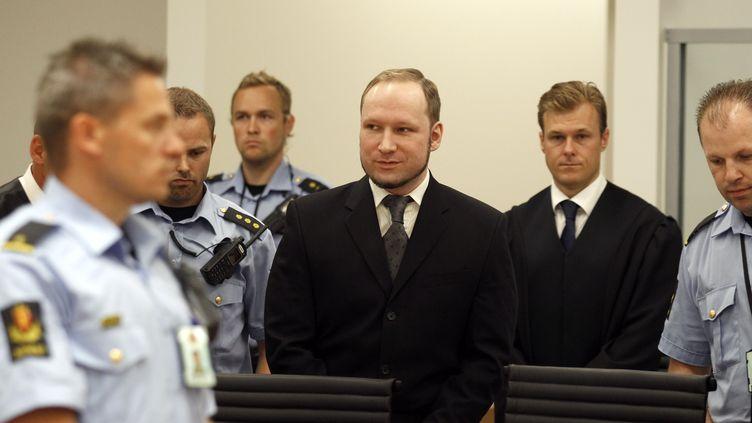 Anders Breivik arrive, tout sourire, au tribunal d'Oslo pour le verdict, le 24 août 2012. (STOYAN NENOV / REUTERS)
