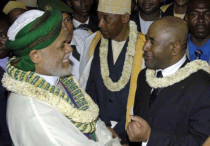 Ahmed Abdallah Sambi (à gauche) et Azali Assoumani (à droite) tout sourires le 26 mai 2006 à Moroni. Le premier s'apprêtait à succéder démocratiquement au second, arrivé au pouvoir sept ans plus tôt par un putsch. Les deux hommes n'ont pas toujours été ennemis... (JACOLINE PRINSLOO / AFP)