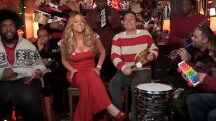 "Mariah Carey, les Roots et Jimmy Fallon (pull à rayures) au ""Late Night Show"".  (NBC)"