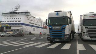 Sur le port d'Ouistreham en Normandie, les camions attendent d'embarquer vers l'Angleterre. (France 3 Normandie / C. Duponchel)