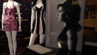 Exposition auHardRockCafedeNewYorkdes objets ayant appartenu à la chanteuse britanniqueAmyWinehouse, pour la vente aux enchères prévue les 6 et 7 novembre 2021en Californie (TIMOTHY A. CLARY / AFP)