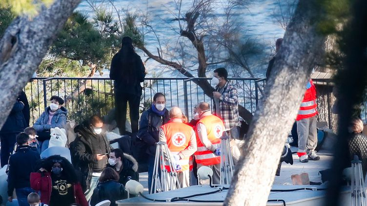 Des Français rapatriés de Chine sont accueillis par la Croix Rouge à Carry-le-Rouet (Bouches-du-Rhône), où ils vont être placés en confinement, le 31 janvier 2020. (AFP)
