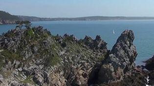 Dans le Finistère, les visiteurs de la presqu'île de Crozon sont émerveillés par les paysages majestueux. (France 2)