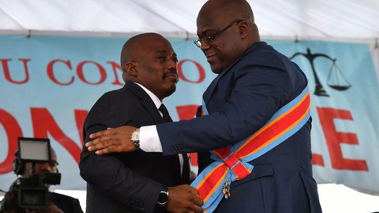 Le président congolais Félix Tshisekedi (à droite) et son prédécesseur Joseph Kabila lors de la cérémonie d'investiture le 24 janvier 2019 à Kinshasa. (TONY KARUMBA / AFP)