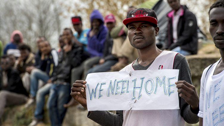 Des migrants de Calais attendent la visite du ministre de l'Intérieur, Bernard Cazeneuve, le 4 mai 2015 à Calais (Pas-de-Calais). (PHILIPPE HUGUEN / AFP)