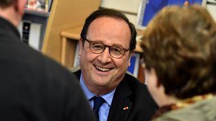 François Hollande lors d'une séance de dédicaces dans une librairie de Tulle (Corrèze), le 14 avril 2018. (GEORGES GOBET / AFP)