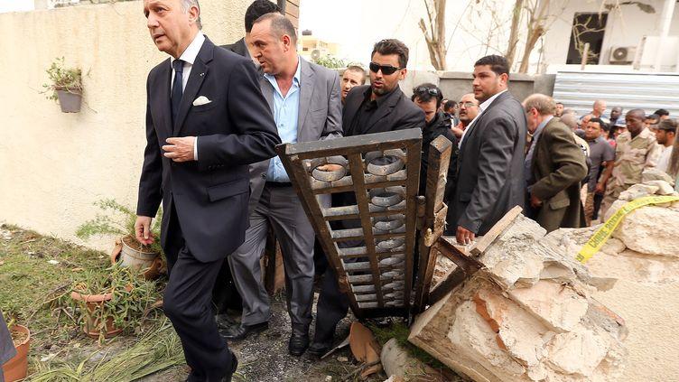 Le ministre des Affaires étrangères,Laurent Fabius, s'est rendu dans les décombres de l'ambassade de France à Tripoli (Libye), le 23 avril 2013. (MAHMUD TURKIA / AFP)