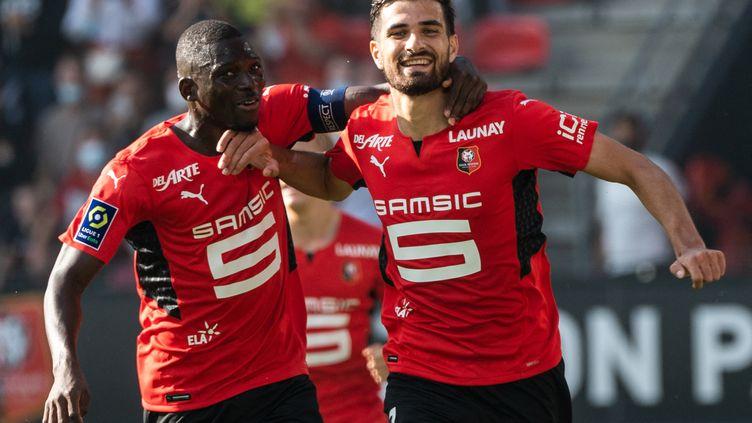 Le buteur rennais Martin Terrier (à droite) et son coéquipier capitaine Hamari Traoré (à gauche) lors du derby face à Nantes, dimanche 22 août. (LOIC VENANCE / AFP)