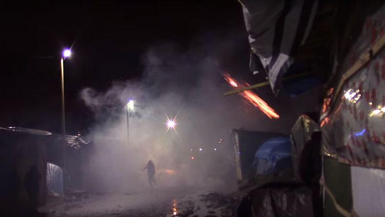 Capture d'écran de la vidéo mise en ligne par le collectif Calais Migrant Solidarity, créé par legroupe No Border. (CALAIS MIGRANT SOLIDARITY / YOUTUBE)