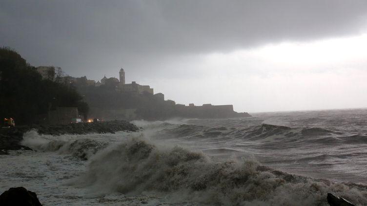 Des vagues submersives à Bastia (Haute-Corse), le 24 novembre 2016. (MAXPPP)