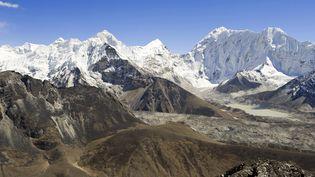 Panorama de la zone du lac Imja Tsho (5010m) près de l'Everest, au Népal, le 15 octobre 2008. (GUIZIOU FRANCK / HEMIS.FR / AFP)