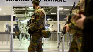 Des soldats patrouillent dans la gare de Bruxelles (Belgique), mercredi 18 novembre 2015. (DIRK WAEM / BELGA MAG / AFP)