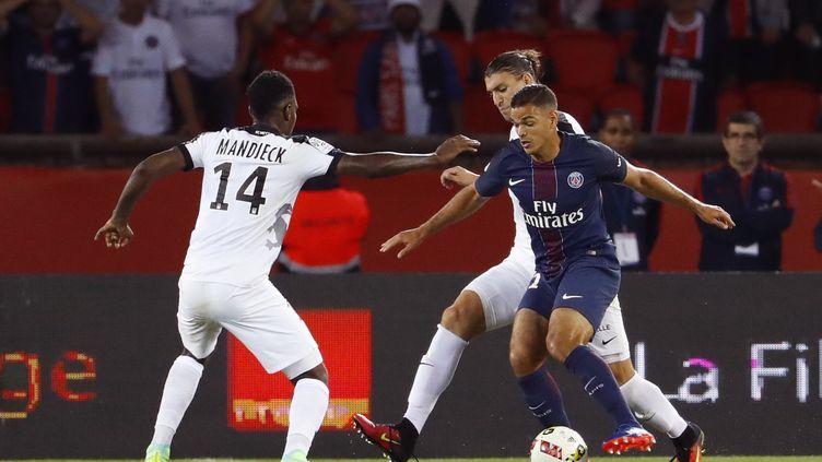 Hatem Ben Arfa face aux joueurs messins... (PATRICK KOVARIK / AFP)