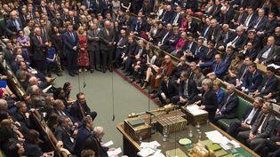 la Première ministre britannique, Theresa May, fait une déclaration à la Chambre des communes après la rejet des députés de l'accord du gouvernement sur le Brexit, à Londres le 15 janvier 2019. (MARK DUFFY / AFP)