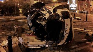 La voiture de police après l'accident survenu à Cannes, samedi 22 septembre 2012. (AFP)