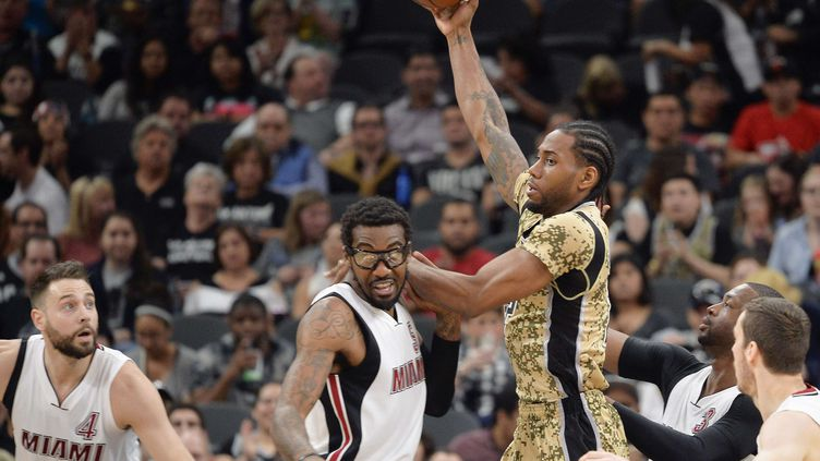 Kawhi Leonard, lors de la nette victoire des San Antonio Spurs devant Miami (112-88). (DARREN ABATE/AP/SIPA / AP)