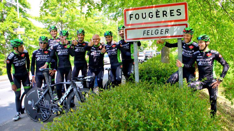Les coureurs de Bretagne-Séché en reconnaissance, à Fougères. (PICASA)