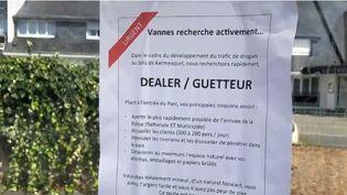 """Dans une petite annonce affichée à Vannes (Morbihan), des """"employeurs"""" indiquent rechercher activement un dealer et un guetteur. Il s'agit d'une provocation ironique des habitants, lassés de voir les trafiquants occuper leurs parcs.  (CAPTURE ECRAN FRANCE 2)"""