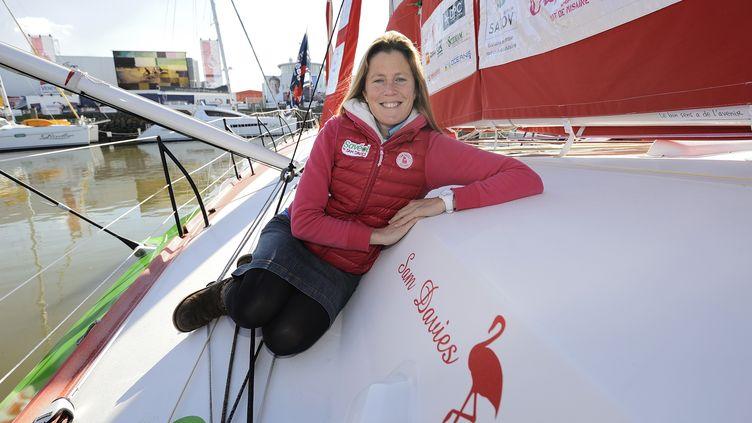 """La Britannique Samantha Davies pose sur son bateau """"Saveol"""", le 6 novembre 2012 aux Sables-d'Olonne (Vendée). (JEAN-SEBASTIEN EVRARD / AFP)"""